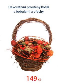 Dekorativní proutěný košík s bobulemi a ořechy
