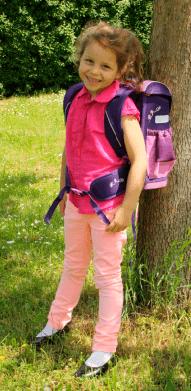 Jak správně vybrat školní aktovku nebo batoh. Dívka s aktovkou 194df68c68